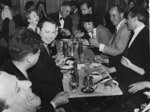 Isaac Stern, Virginia Katims, Leopod Mannes (se servant à boire), Madeline Foley, Milton Katims, Paul Tortelier.