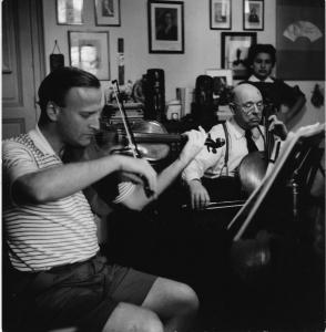 Menuhin et Casals répétant un trio de Brahms avec Istomin (non visible). Au fond, Marta Montanez. 1955 Prades
