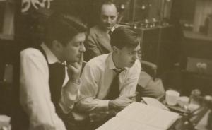 Oppenheim (au premier plan) dans le studio de Columbia