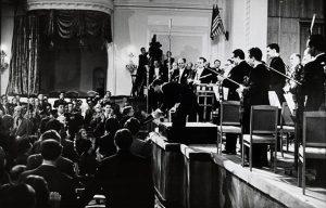 Chostakovitch saluant Bernstein et le New York Philharmonic à Moscou en 1959