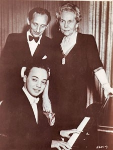 Seymour Lipkin entouré de Vladimir Horowitz et de Madame Rachmaninov