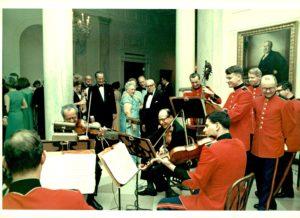 Abe Fortas et Alexander Schneider jouant Mozart à la Maison-Blanche