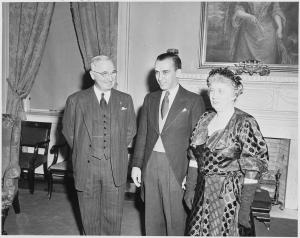 Howard Mitchell, directeur musical du National Symphony, entouré du président Truman et de son épouse